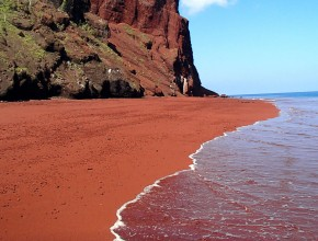 Red-Beach-Kaihalulu-la-plage-de-sable-rouge-Hawaii